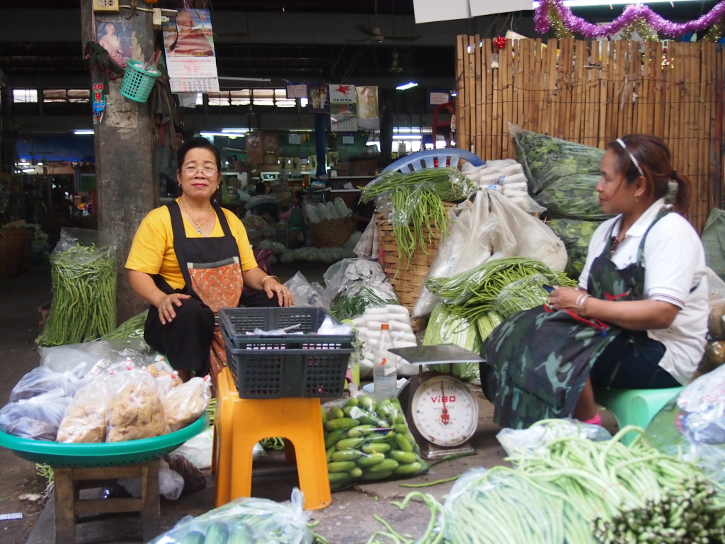 Gemüsefrau auf dem Pak Khlong Talaat
