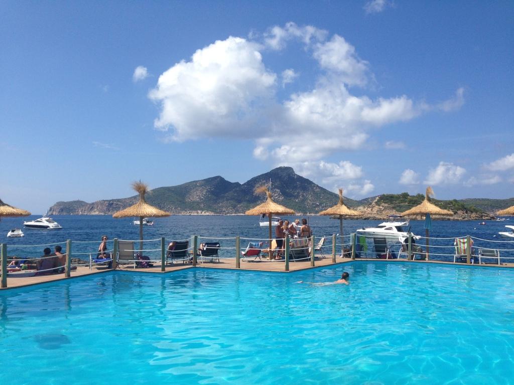 Der Pool im Cala Conills mit Blick auf die Isla Dragonera