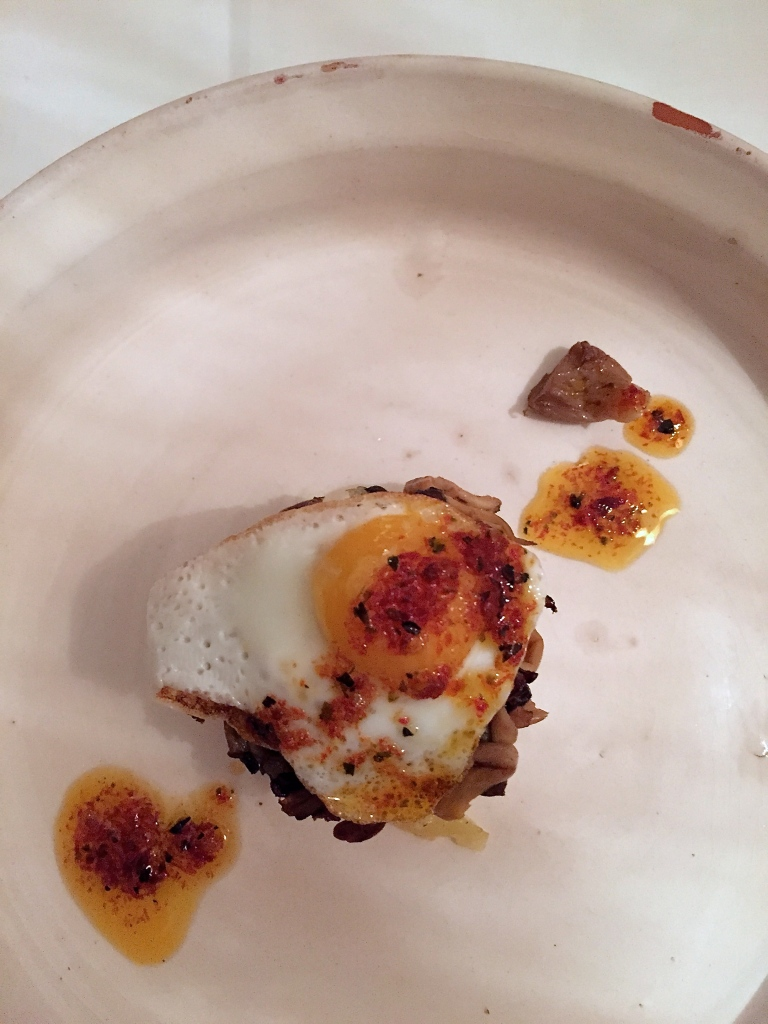 Kartoffeltürmchen mit Pilzen und Ei