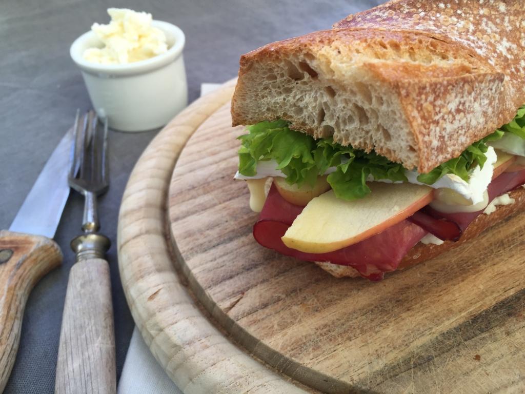 Die fertige Stulle mit Apfel-Meerrettich-Schmand