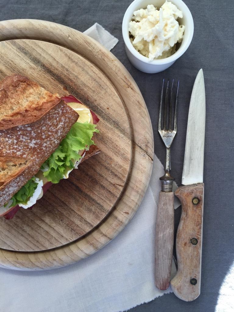 Baguette mit Rindersaftschinken und Apfel-Meerrettich-Schmand