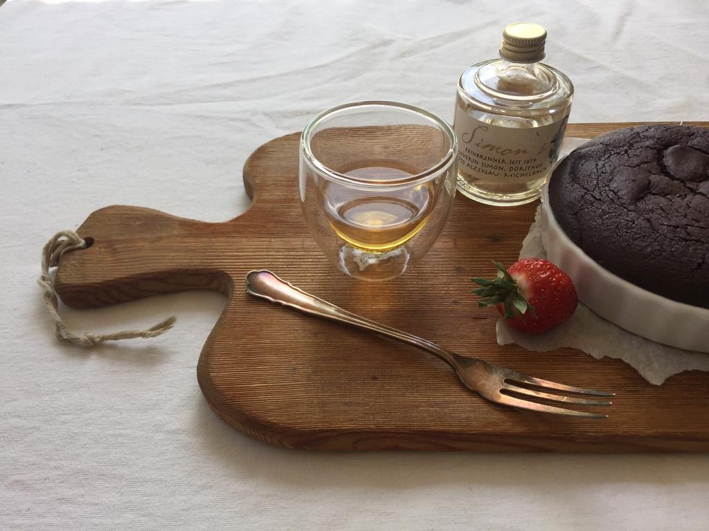 Schoko-Espresso-Tarte mit Rhabarber-Ragout, Erdbeeren und Simon's Rum