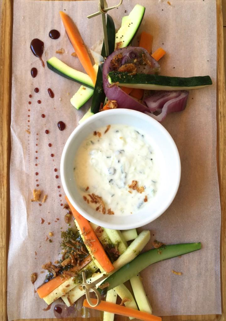 Frisches Gemüse mit Zaziki-Dip und gerösteten Zwiebeln