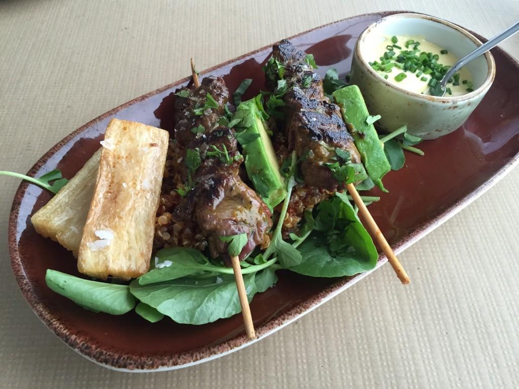 Kalbsspieße mit Currydip, Avocado und Kräutersalat im naan Palma