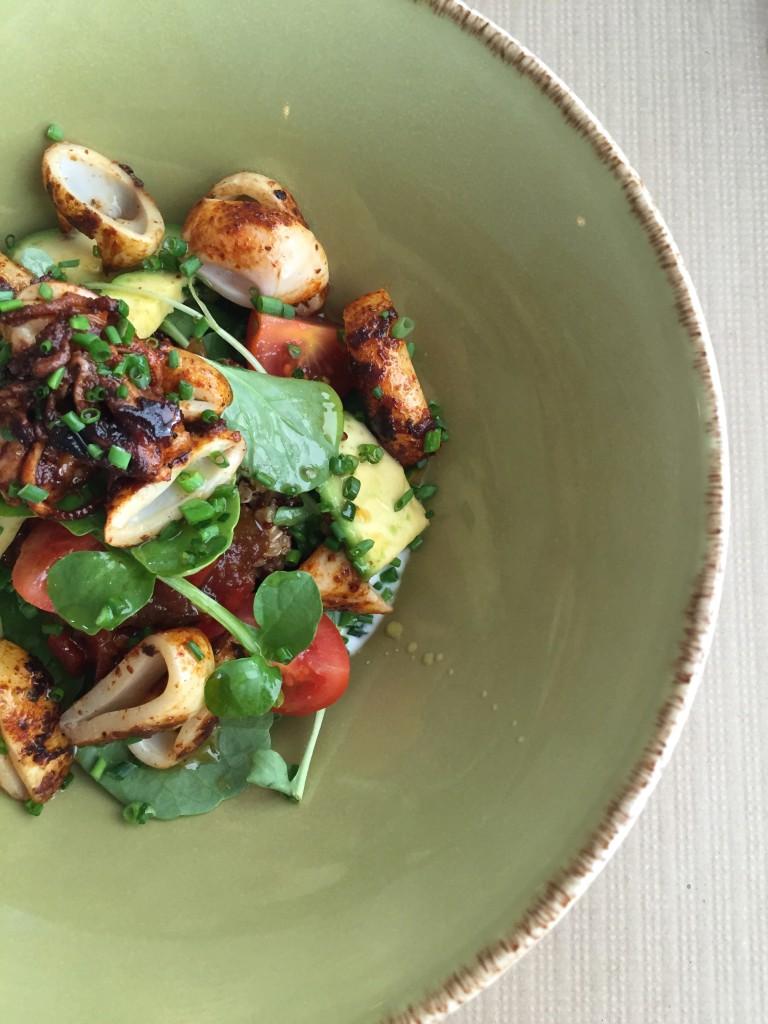 Quinoa-Salat mit gebratenem Pulp im naan Palma