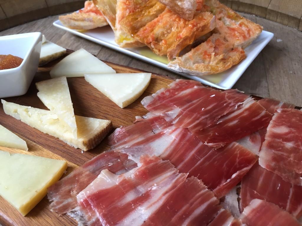 Schinken und Käse in der Reserva Iberica auf Mallorca