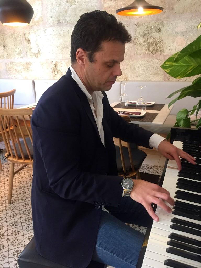 Antonio Hidalgo am Klavier