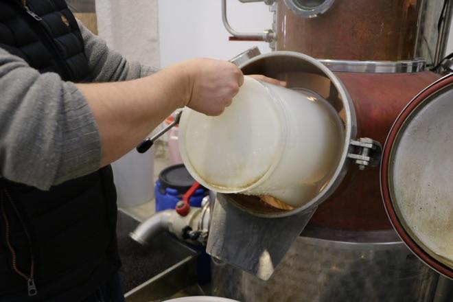 Stefan beim Destillieren von Gin Eva