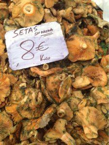 Pilze auf dem Wochenmarkt in Santa Maria im Herbst