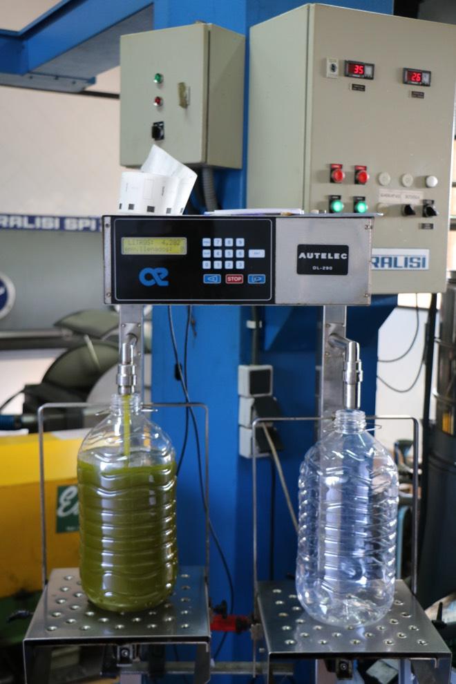 Abfüllung Olivenöl bei Sa Tafona de Caimari