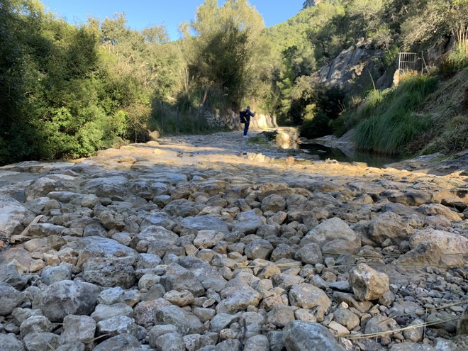 Steinige Wanderung zu Es Salt des Freu