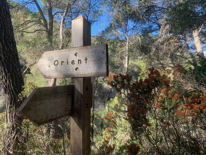 Schild Orient auf der Wanderung Es Salt des Freu