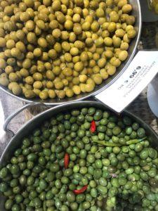 Oliven auf dem Markt in Santa Maria