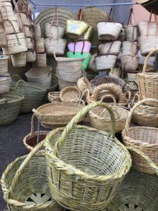 Körbe auf dem Wochenmarkt auf Mallorca