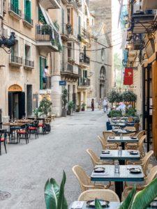Tische in der Außengastronomie auf Mallorca in Coronazeiten