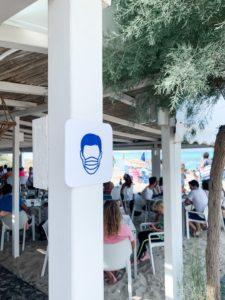 Hinweise auf Maskenpflicht m ponderosa Beachclub an der Playa de Muro