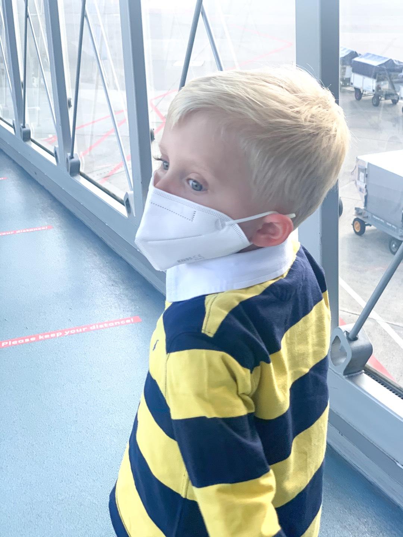 Am besten tragen auch Kinder einen Mundschutz im Flugzeug zu Corona Zeiten