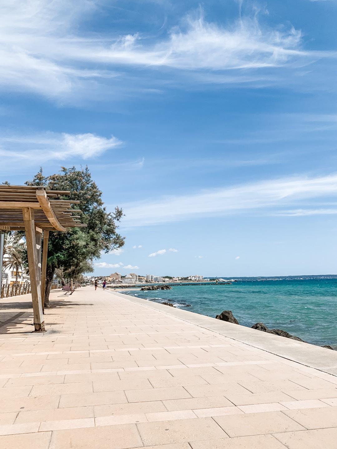 Strandpromenade von Es Molinar im Juli 2020